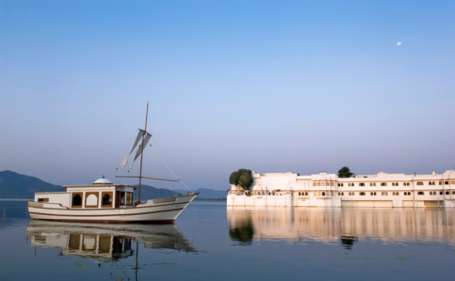 taj-lake-palace-udaipur-royal-spa-boat