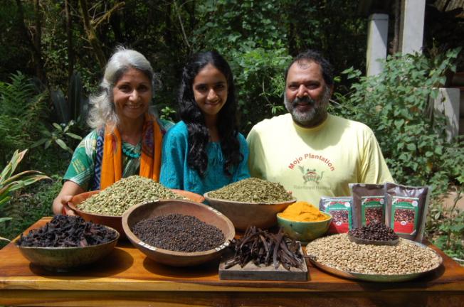 mojo-rainforest-retreat-goel-family-with-spices_anurag-mallick
